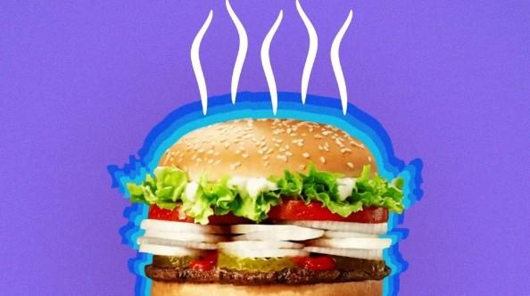 Fast food triplica cebola no sanduíche para manter distanciamento na Itália (Foto: Reprodução/Youtube)