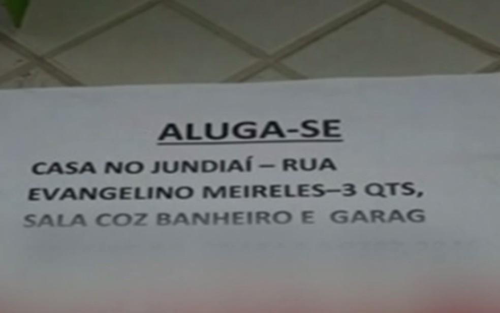 Golpista até espalhou cartazes com o contato dela para alugar a casa em Anápolis (Foto: Reprodução/ TV Anhanguera)