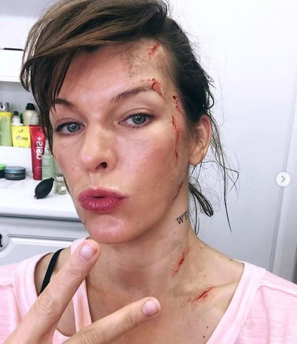 A atriz Milla Jovovich nos bastidores das filmagens de Monster Hunter (Foto: Instagram)