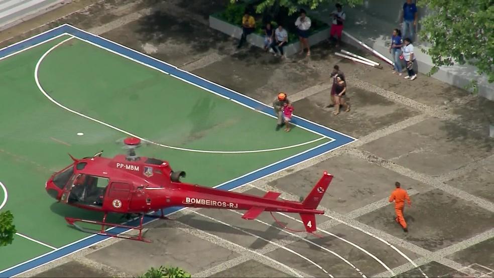 De helicóptero, bombeiros resgatam criança no alto do Vidigal — Foto: Reprodução/TV Globo
