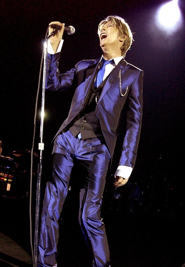 No início dos anos 2000, David Bowie explorou novos tecidos e efeitos em seus ternos, além de cortes mais ajustados ao corpo. (Foto: Getty Images)