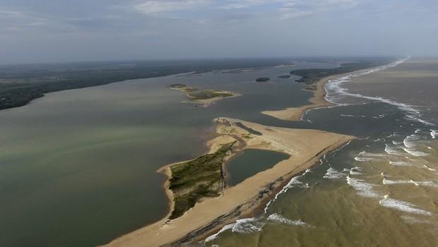 Lama vinda das barragens da Samarco com rejeitos de mineração seguem ao longo do leito do Rio Doce (Foto: Fred Loureiro /Secom ES/Fotos Públicas )