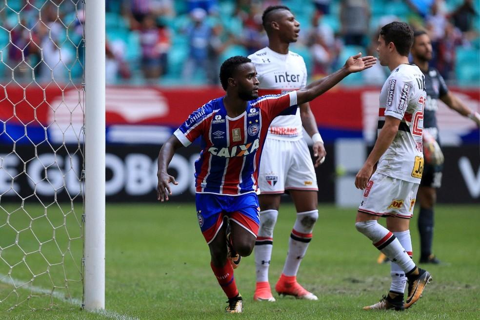 Mendoza marca o segundo gol do Bahia no triunfo sobre o São Paulo, na Fonte Nova (Foto: Felipe Oliveira / Divulgação / E.C. Bahia)