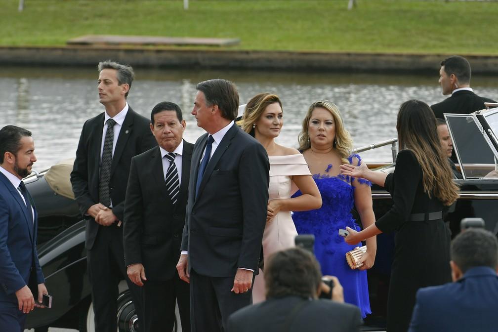 O vice-presidente, general Hamilton Mourão; o presidente, Jair Bolsonaro; a primeira-dama, Michelle Bolsonaro; e a esposa do vice-presidente, Paula Mourão — Foto: Geraldo Magela/Agência Senado