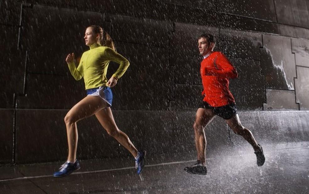 Os corredores devem ficar atentos ao melhor tipo de tênis para a chuva — Foto: Getty Images