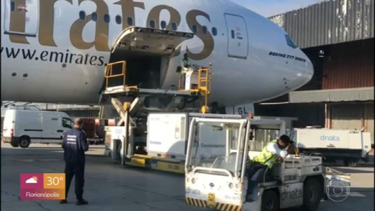 Avião com 2 milhões de doses da vacina de Oxford chega ao Brasil