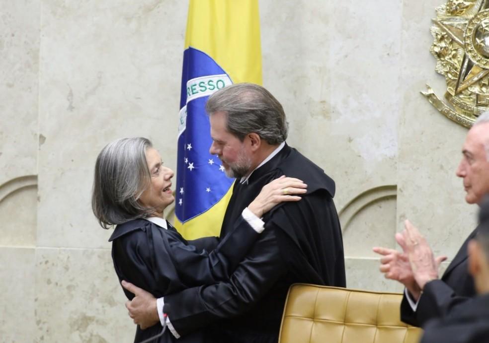 Ministra Cármen Lúcia cumprimenta o sucessor, Dias Toffoli, novo presidente do STF — Foto: Flickr/CNJ
