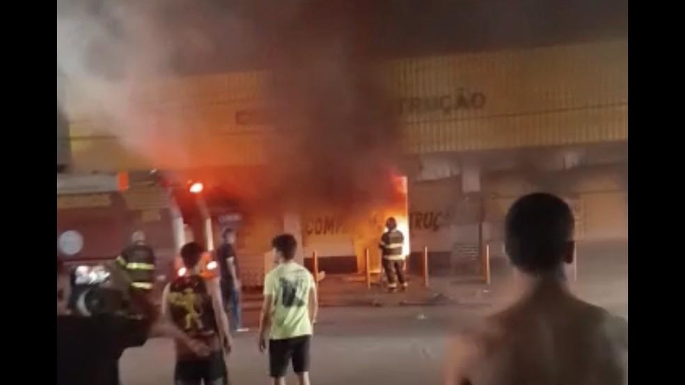 Incêndio ocorreu na noite da quinta-feira (14) em armazém de construção localizado em Abreu e Lima, no Grande Recife — Foto: Reprodução/TV Globo