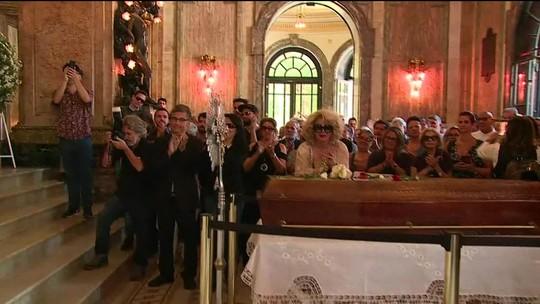 Fãs, parentes e amigos prestam as últimas homenagens a Bibi Ferreira