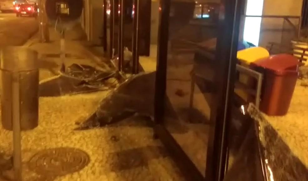 Prefeitura de Curitiba afirmou que houve registro de danos em algumas estações-tubo na região do Centro Cívico — Foto: Rodrigo Zanlorenzi/RPC