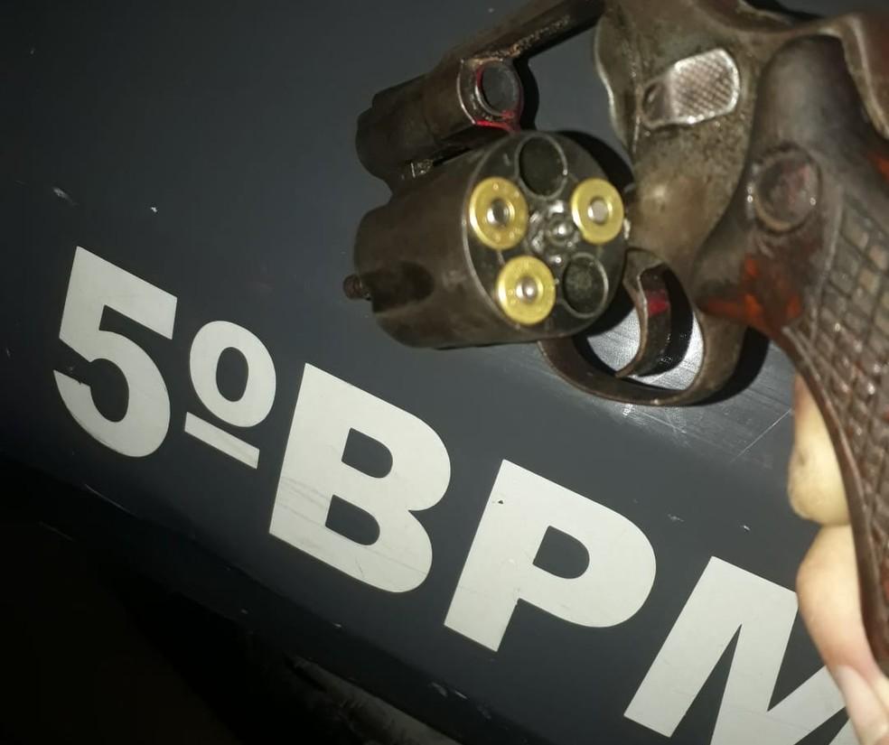 Arma foi apreendida com os suspeitos, pela PM, em Natal — Foto: PM/Divulgação
