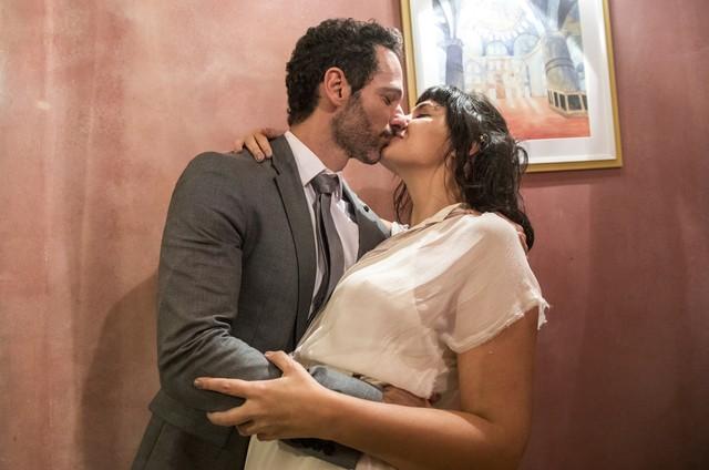 Mouhammed Harfouch e Verônica Debom gravam as cenas do casamento de Sara e Ali em 'Órfãos da terra' (Foto: Globo/Victor Pollak)