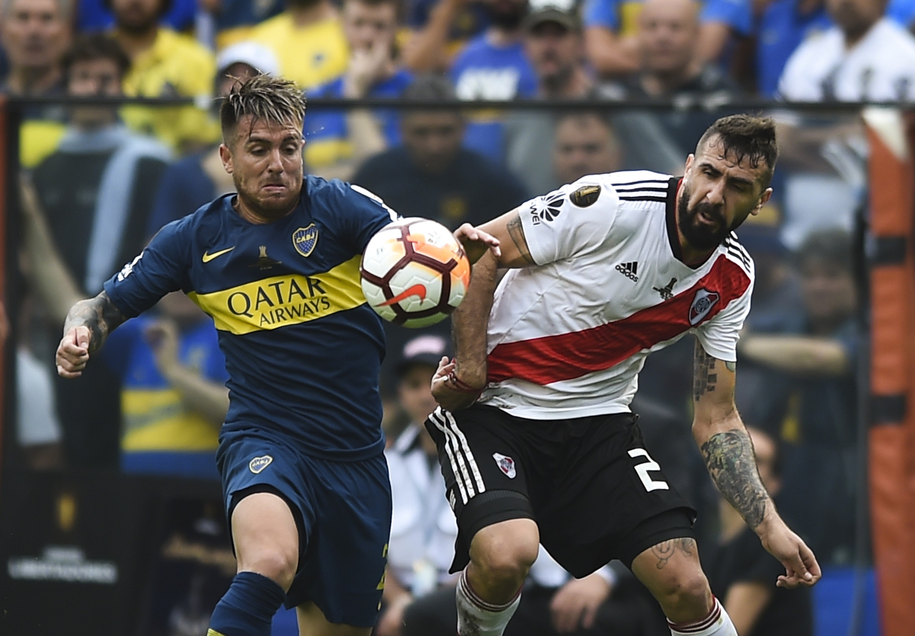 Julio Buffarini e Lucas Pratto disputam bola no primeiro jogo da final da Libertadores (Foto: Getty images)