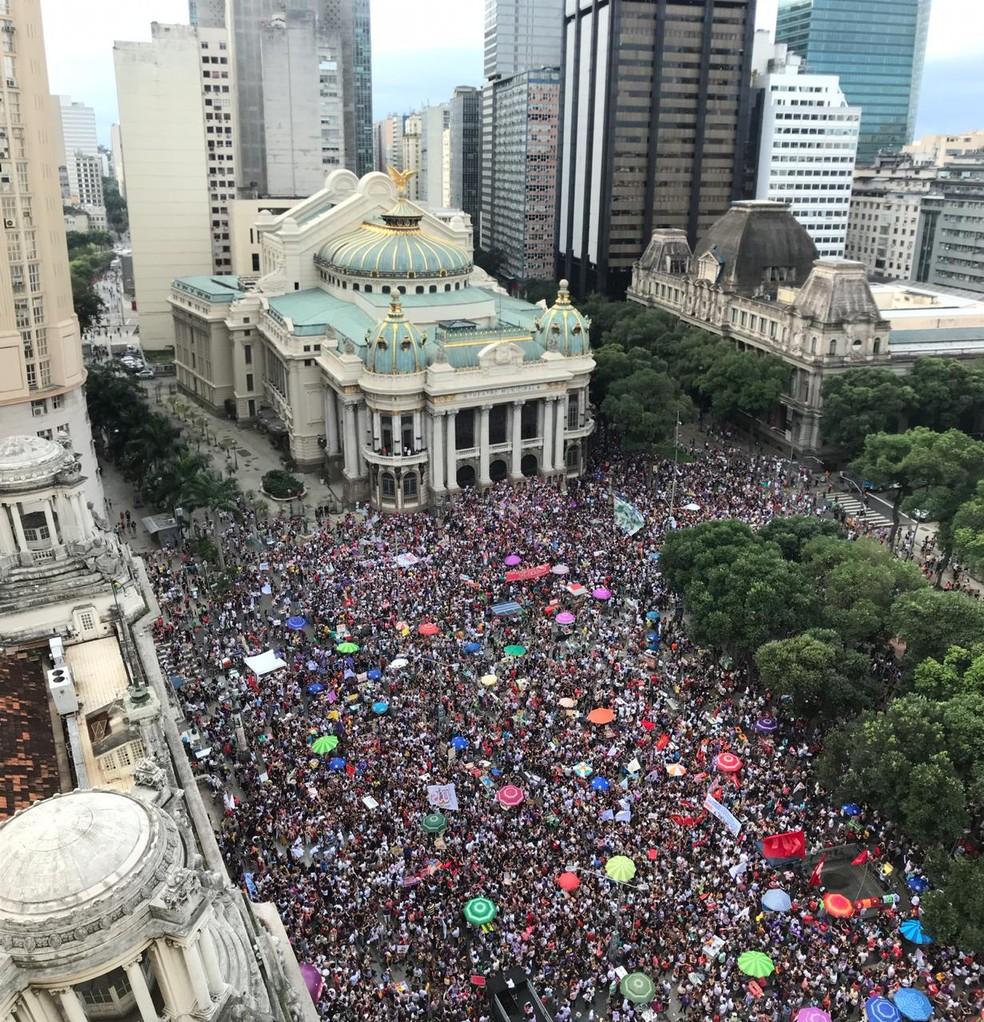 Protesto contra Bolsonaro ocupa a Cinelândia, no Centro do Rio — Foto: TV Globo