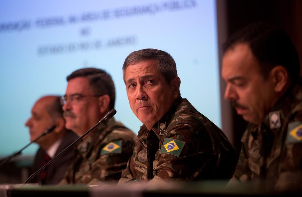 O general Walter Souza Braga Netto, no centro, escuta uma questão durante coletiva de imprensa sobre a intervenção no Rio de Janeiro (Foto: Silvia Izquierdo/AP)