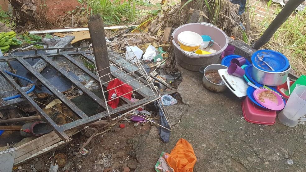 Sujeira e pratos de comida foram encontrados na casa onde estavam as crianças, segundo o Conselho Tutelar de Peixinhos, em Olinda — Foto: Eurico Guedes/ Divulgação