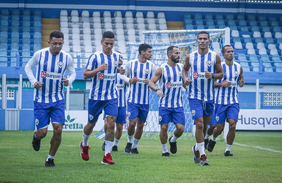 Jogadores do Paysandu aquecendo antes do treino — Foto: Jorge Luiz/Paysandu
