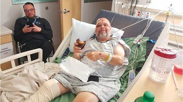 A foto compartilhada pelo amigo do apresentador Matt Pinfield, mostrando o jornalista sorrindo apesar de seus vários ferimentos em uma cama de hospital (Foto: Instagram)