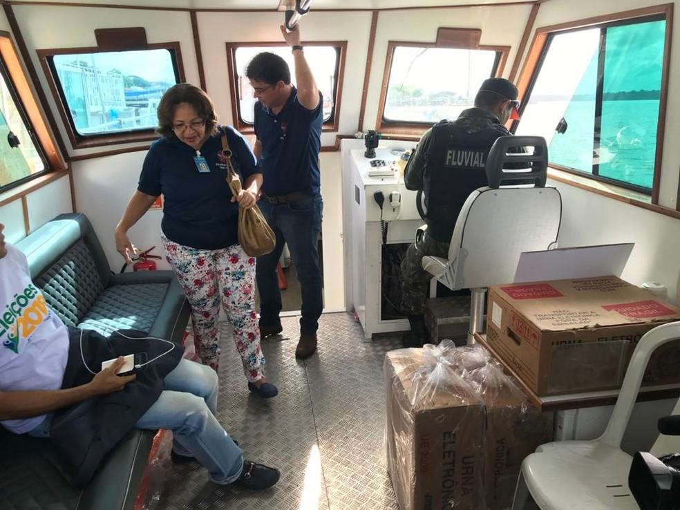 Servidores do TRE-PA em embarcação que leva as urnas eletrônicas nas eleições de 2018 no estado do Pará — Foto: Arquivo pessoal / Secretaria de Tecnologia da Informação do Tribunal Regional Eleitoral do Pará