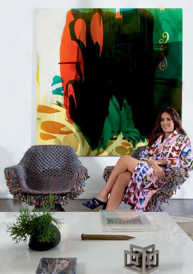 Camila veste look Versace e joias Paola Vilas na sala de estar da casa onde vive com os pais, em São Paulo. (Foto: André Klotz)