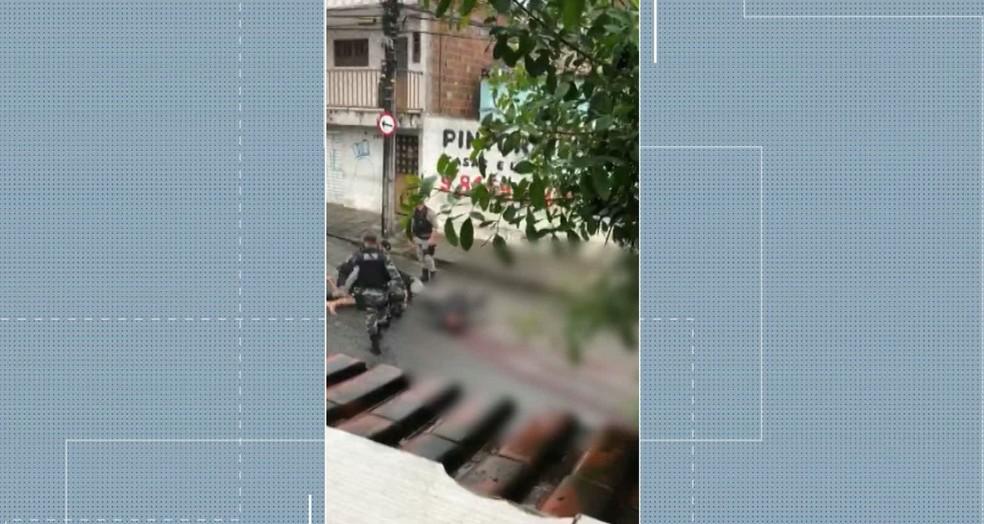 Vídeo registrado por moradores foi gravado depois que o cabo da Polícia Militar Emerson Thiago Soares de Lima foi atingido com um tiro na cabeça por outro PM — Foto: TV Paraíba/Reprodução