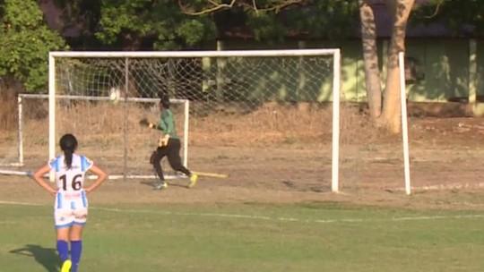 Cadê a bola? Placar de 11 a 0 no futebol feminino tem goleira atrapalhada; vídeo
