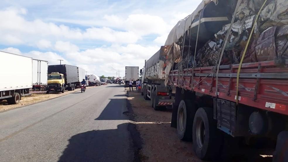 Na RN-086, em Parelhas, caminhões ocupam as duas marginais da pista, que também tem bloqueio parcial  (Foto: Edivan Matias da Silva)