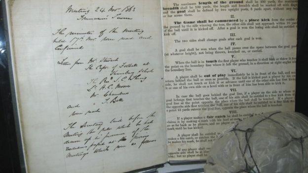 A lista de regras, escrita à mão por Morley, está no National Football Museum, em Manchester (Foto: ADRIAN ROEBUCK/BBC)