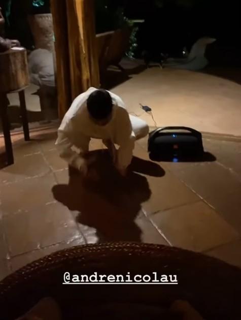 André Nicolau faz mímica em brincadeira com amigos (Foto: Reprodução instagram)