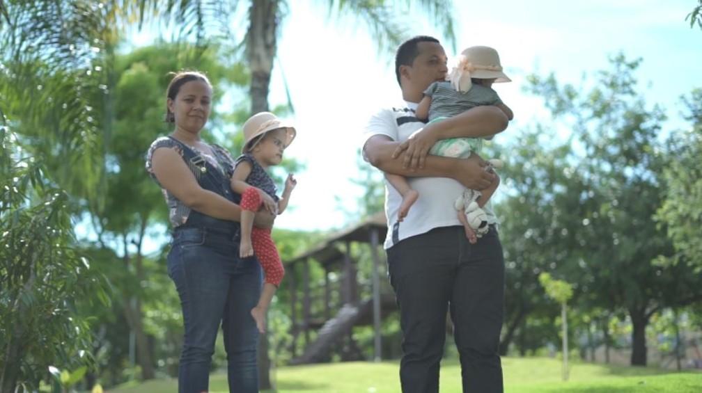 Pais carregam as filhas gêmeas, separadas após série de cirurgias no HC em Ribeirão Preto (SP) — Foto: Alexandre Sá/ EPTV