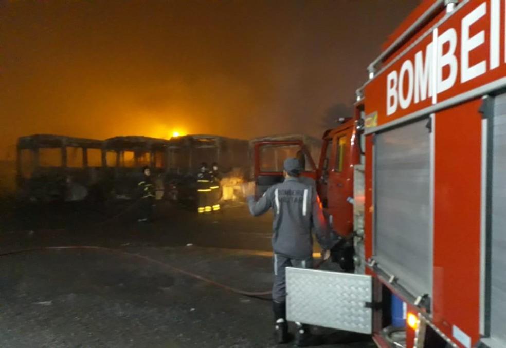 Ônibus ficaram destruídos após incêndio atingir garagem na cidade de Alagoinhas — Foto: Divulgação/Corpo de Bombeiros Militares