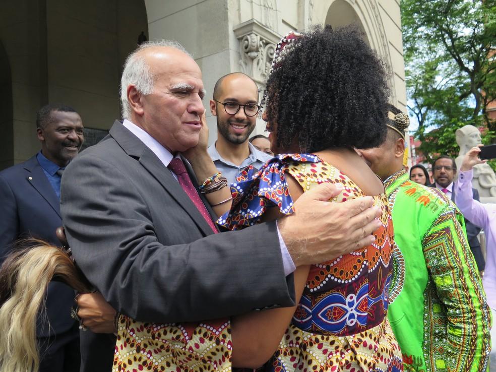 Ao chegar ao paço municipal, a rainha foi recepcionada pelo vice-prefeito de Santos, Sandoval Soares — Foto: Liliane Souza/G1 Santos
