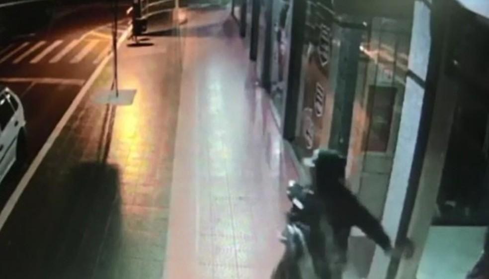 Depois de furtar roupas e dinheiro, ladrão fugiu em um carro — Foto: Reprodução/RPC