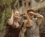 Cunegundes (Elizabeth Savala) e Quinzinho (Ary Fontoura) levam banho de lama | Globo/João Cotta