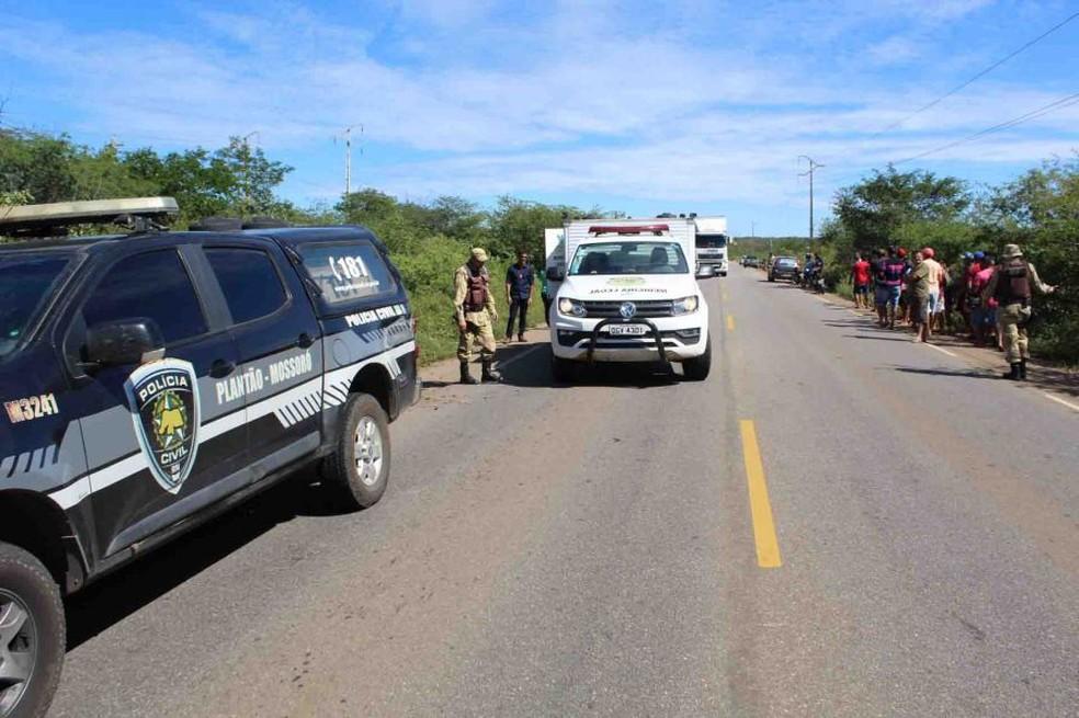 Adolescente foi encontrada nas margens da RN-015, em Mossoró (Foto: Marcelino Neto)
