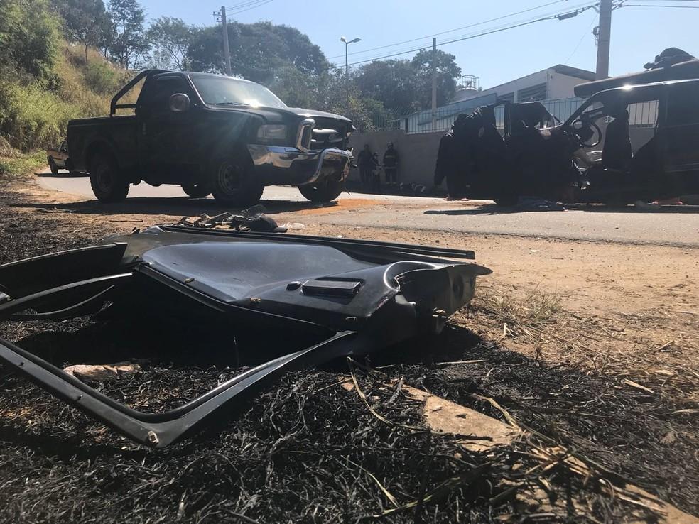 Carros bateram de frente em Taubaté (Foto: Rauston Naves/Rádio Metropolitana)