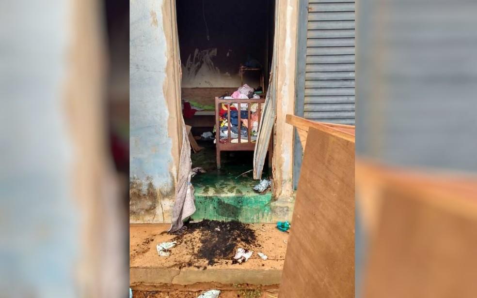 Policiais militares combateram as chamas dentro de casa em Perolândia (Foto: Divulgação/Polícia Militar)