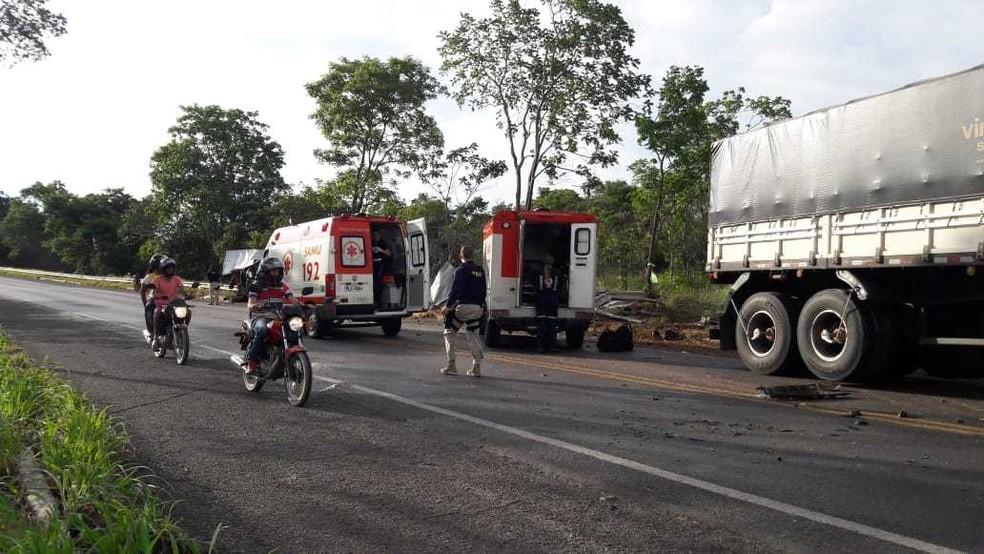 Segundo a Polícia Rodoviária Federal (PRF), um caminhão que seguia no sentido da cidade de  Barreiras, na mesma região, invadiu a contramão e bateu de frente contra uma caminhonete que fazia entrega de biscoitos — Foto: Blog do Braga