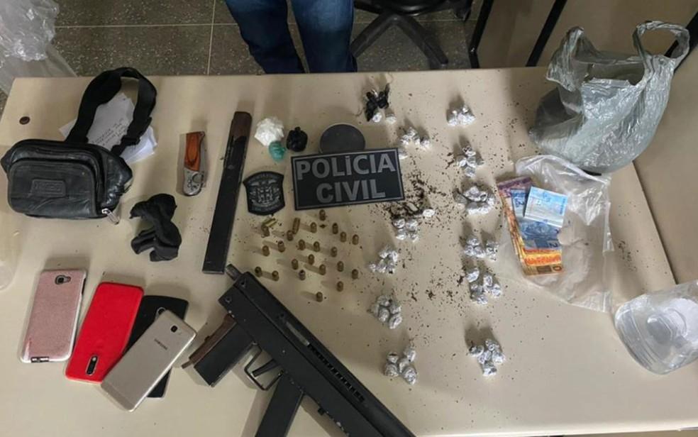 Submetralhadora e drogas foram apreendidas com o grupo — Foto: Ascom/Polícia Civil
