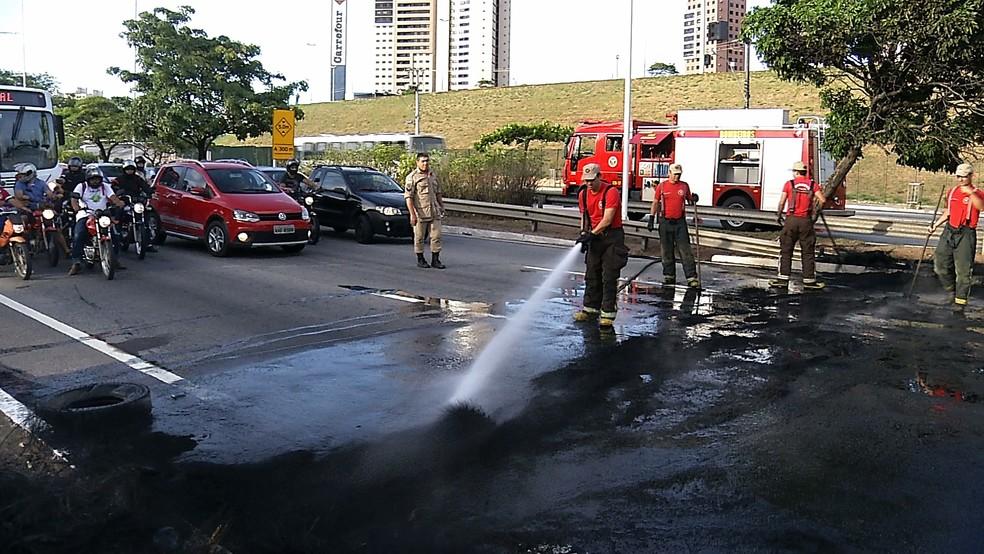 Corpo de Bombeiros foi acionado e apagou o fogo (Foto: Clayton Carvalho/Inter TV Cabugi)