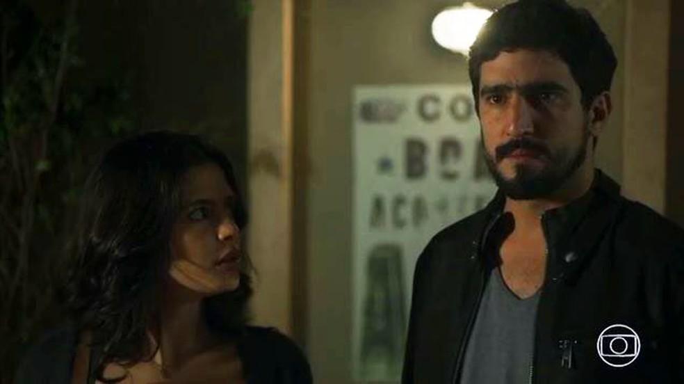 Jamil (Renato Góes) é acusado de assassinato na frente de Laila (Julia Dalavia) — Foto: Globo