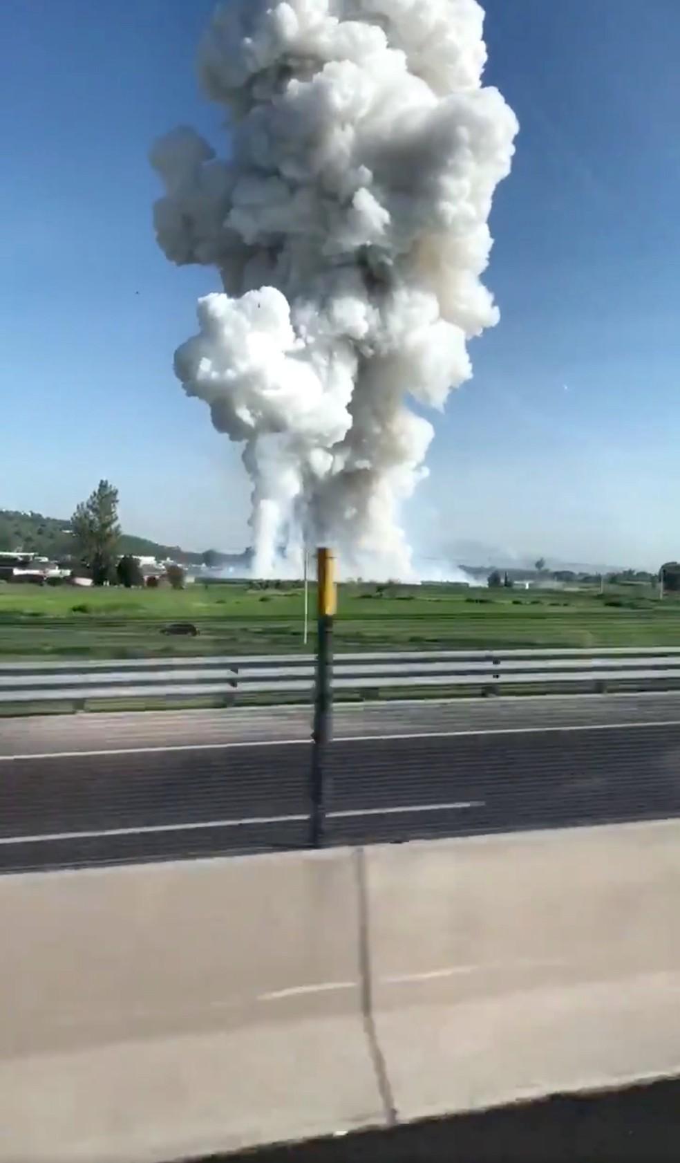 Explosão em fábrica de fogos de artifício no México levantou coluna de fumaça (Foto: David Villanueva /via Reuters)