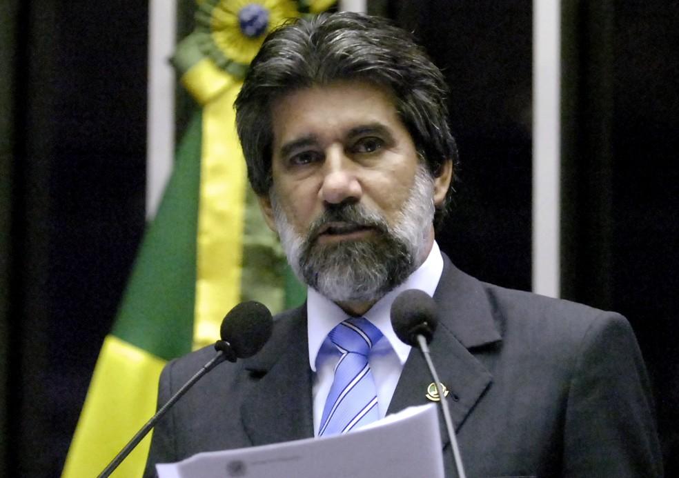 O senador Valdir Raupp (PMDB-RO) durante discurso na tribuna do Senado — Foto: Waldemir Barreto/Agência Senado