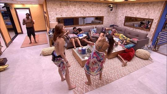Ana Clara e Paula dançam na sala após pool party