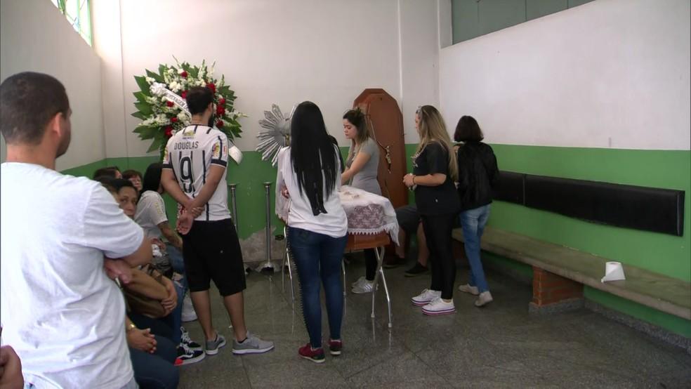 Corpo do jogador Douglas Nunes é velado em São Paulo — Foto: TV Globo/Reprodução