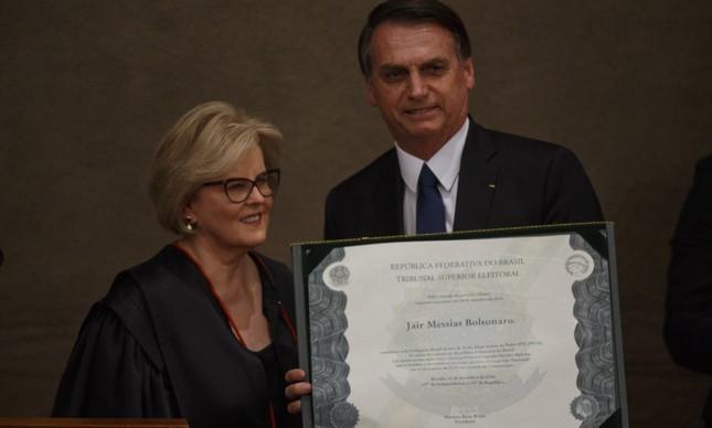 Rosa Weber e Bolsonaro com o diploma de presidente