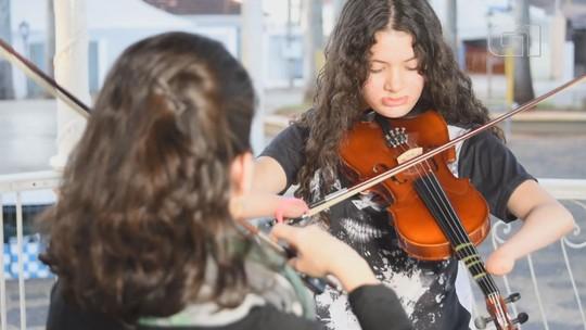 Adolescente supera malformação nos braços e aprende a tocar violino adaptado por professora: 'Posso ir além'