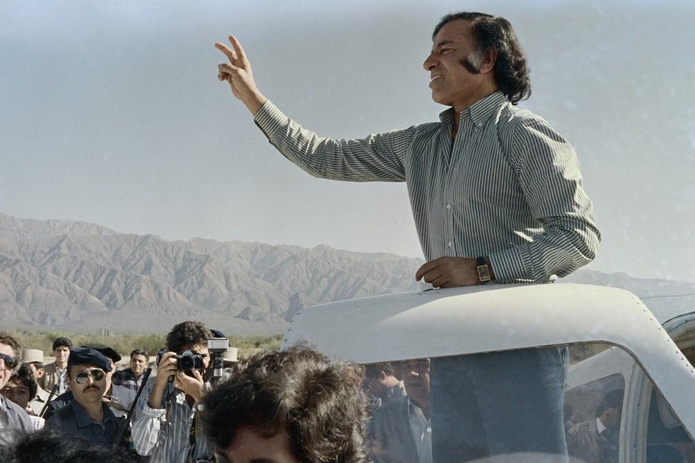 Carlos Menem faz campanha para presidente em La Rioja, em 1989 — Foto: AFP/Jorge Durán
