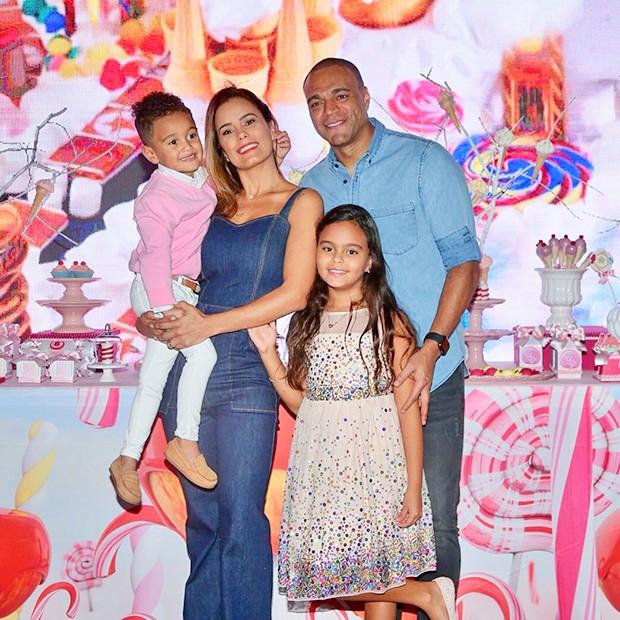 Luciele di Camargo, Denílson com os filhos Maria Eduarda e Davi (Foto: Manuela Scarpa/Brazil News)