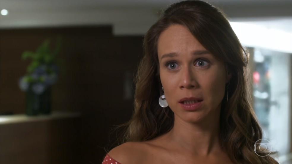 Tancinha (Mariana Ximenes) fica nervosa ao descobrir que terá a primeira aula - 'Haja Coração' — Foto: Globo